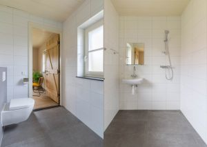 https://www.hotel-landduin.nl/images/gallery/Fotoboek_Groepsaccommodatie_Het_Buitenhuys/unitegallery_thumbs/2018_07_18_Landduin_Buitenhuys_038_Badkamer_combinatie_300x100000.jpg